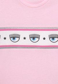 CHIARA FERRAGNI - OVER BANDA - Print T-shirt - rosa fairy tail - 2