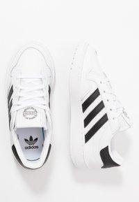 adidas Originals - TEAM COURT - Matalavartiset tennarit - footwear white/core black - 0