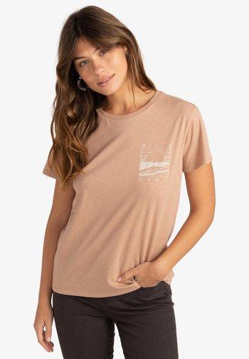 ISLAND DAYS  - Print T-shirt - warm sand
