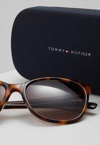 Tommy Hilfiger - Sluneční brýle - mottled brown - 3