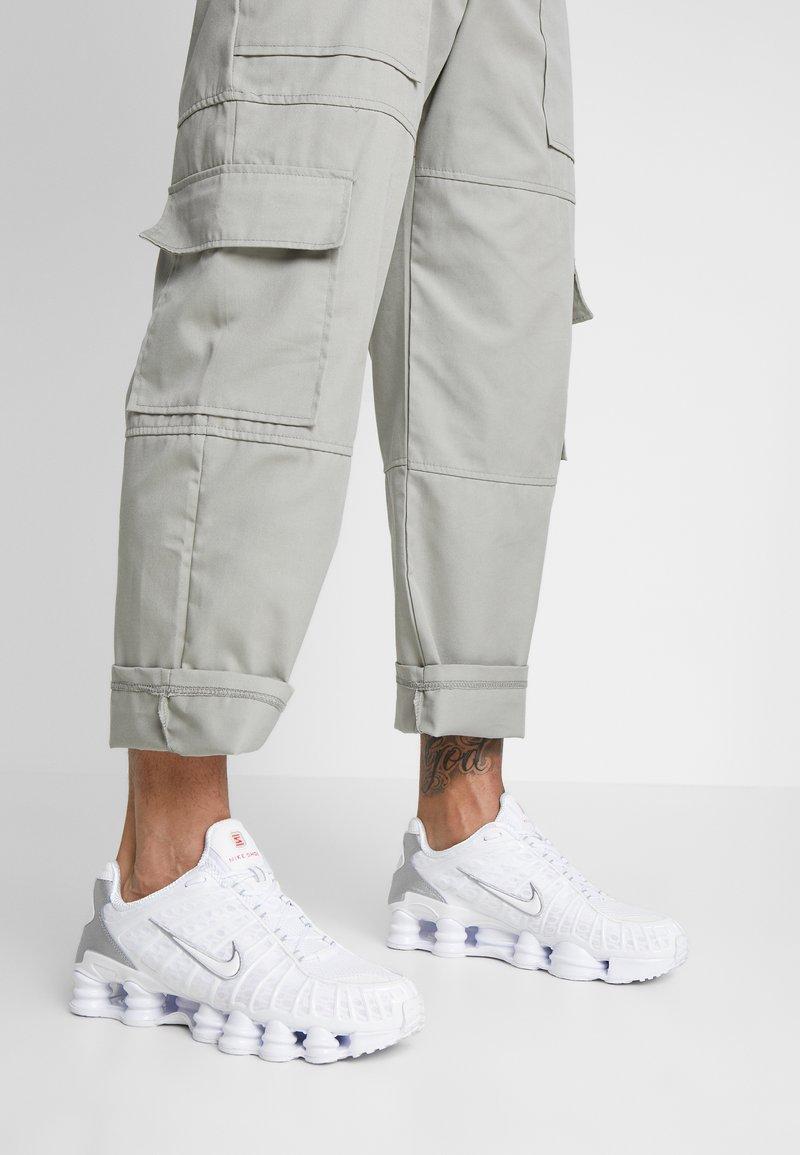 Nike Sportswear - Shox TL - Sneakersy niskie - white/metallic silver/max orange
