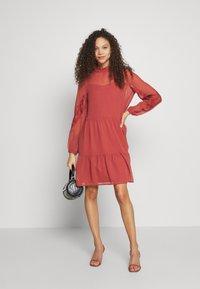 Vero Moda Petite - VMINGEBORG SHORT DRESS - Hverdagskjoler - marsala - 1
