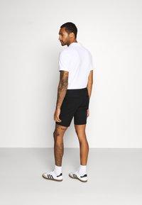 Tommy Hilfiger - DENTON CORP STRIPE - Shorts - black - 2