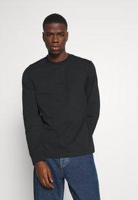 Calvin Klein Jeans - CENTER BADGE - Pitkähihainen paita - black - 0