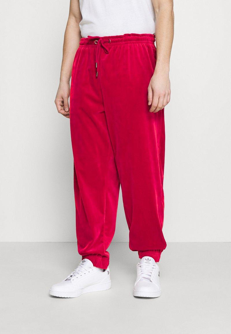 Karl Kani - SIGNATURE TRACK PANTS UNISEX - Pantaloni sportivi - dark red