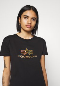 Alpha Industries - NEW BASIC  - Print T-shirt - black/gold crystal - 4
