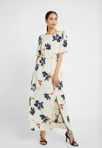 Vero Moda Tall - VMKIMMIE ANCLE DRESS - Maxi šaty - birch/kimmie - 0