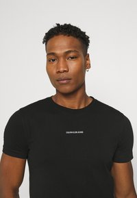 Calvin Klein Jeans - MICRO BRANDING ESSENTIAL TEE - T-shirt basic - black - 3