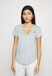 Abercrombie & Fitch - VNECK 3 PACK - T-shirt basic - light blue/white/dark pink - 5