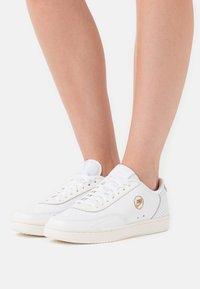 Nike Sportswear - COURT VINTAGE  - Sneakersy niskie - white/sail/stone/atomic pink - 3
