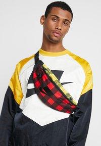 Nike Sportswear - HERITAGE HIP PACK PLAID - Ledvinka - black/gunsmoke - 1
