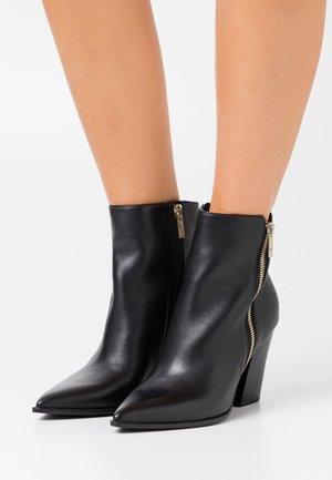 JAKIRA - Støvletter - black