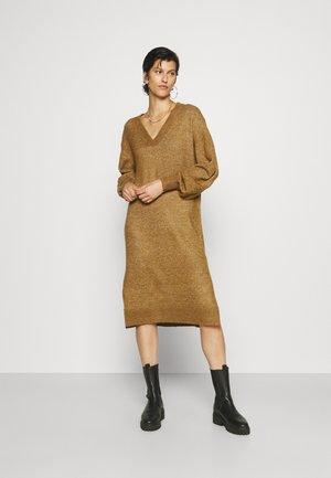 YASCALI DRESS - Gebreide jurk - bronze brown