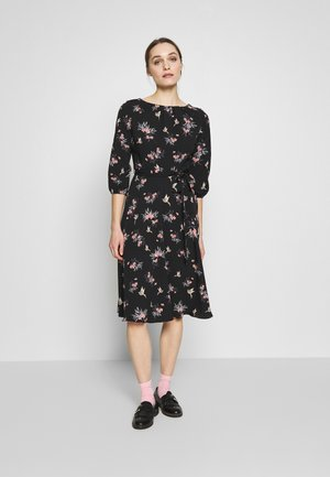 BILLIE BLOSSOM FLORAL BIRD PLEAT NECK  - Kjole - black