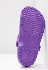 Crocs - CLASSIC - Pantuflas - neon purple - 6