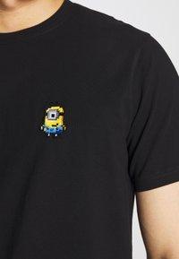 Bricktown - SMILING MINION SMALL - Print T-shirt - black - 5