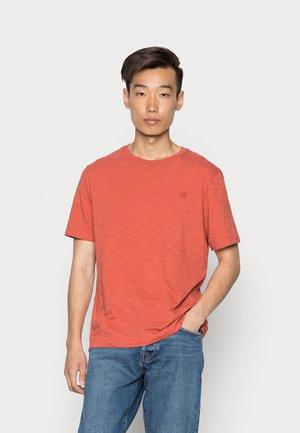 LOGO SOFTWASH ORGANIC TEE - Basic T-shirt - red clay