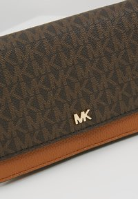 MICHAEL Michael Kors - PHONE CROSSBODY - Portefeuille - brown/acorn - 6