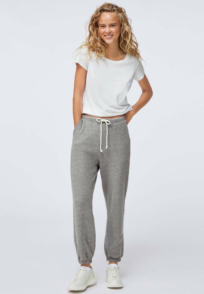 OYSHO - MIT VERSTÄRKTEN ABSCHLÜSSEN  - Pantalon de survêtement - light grey