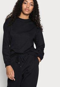 Vero Moda Petite - VMNATALIA SET - Sweatshirt - black - 4