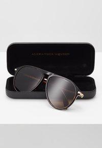 Alexander McQueen - Solbriller - brown - 2