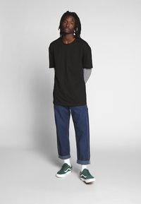 Urban Classics - DOUBLE LAYER STRIPED TEE - Langærmede T-shirts - black - 1