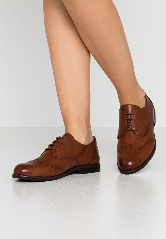 LACE-UP - Zapatos de vestir - cognac