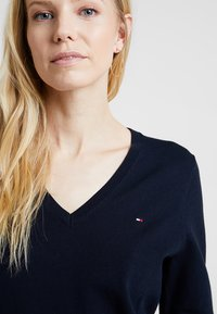 Tommy Hilfiger - HERITAGE V NECK  - Sweter - midnight - 4
