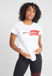 Tommy Sport - GRAPHIC FLAG TEE - Print T-shirt - white - 0