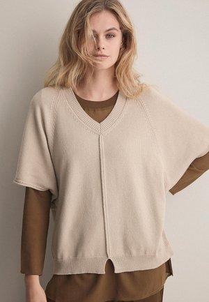 MIT V-AUSSCHNITT - Basic T-shirt - beige