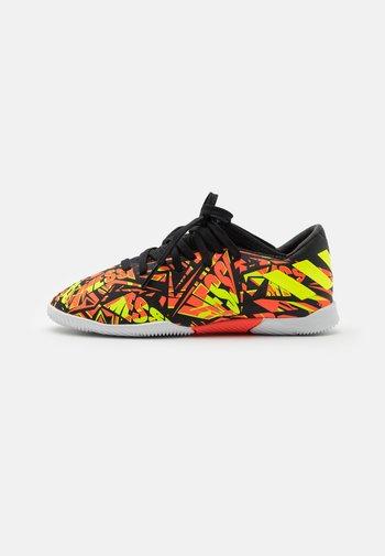NEMEZIZ MESSI .3 IN J UNISEX - Indoor football boots - solar red/solar yellow/core black