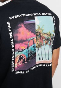 Mennace - BURNING CAR PARADISE BACK  - Print T-shirt - black - 6