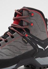 Salewa - MTN TRAINER MID GTX - Mountain shoes - charcoal/papavero - 5