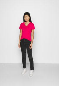 Tommy Hilfiger - NEW VNECK TEE - Basic T-shirt - bright jewel - 1