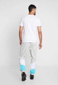 Fila - TALMON PANT - Træningsbukser -  harbor mist/blue curacao/bright white - 2