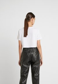 NA-KD - SIGN CROPPED TEE - T-shirt con stampa - white - 2