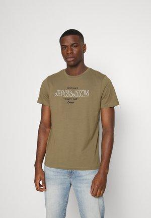 JORSURFACE BRANDING TEE CREW NECK - Print T-shirt - martini olive