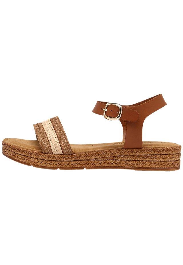Sandaletter med kilklack - cognac