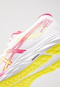 ASICS - GEL-EXCITE 6 - Zapatillas de running neutras - white/sour yuzu - 5