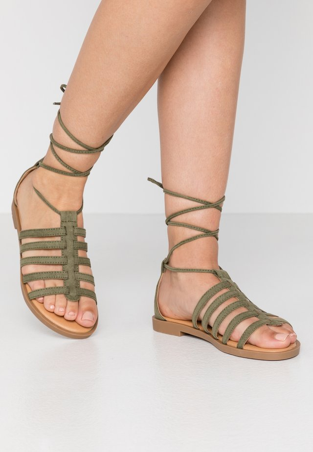 PALMIRA - Sandaalit nilkkaremmillä - antil verde/claro