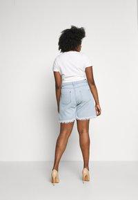 Missguided Plus - FRAYED LONG LINE  - Denim shorts - stonewash - 2