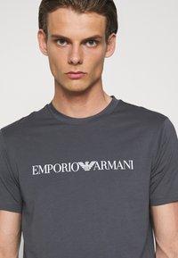 Emporio Armani - Print T-shirt - carbone - 4