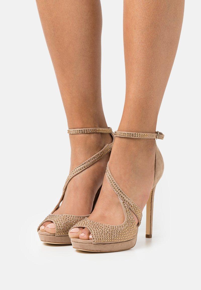 Guess - FINNEE - Sandaler med høye hæler - nude