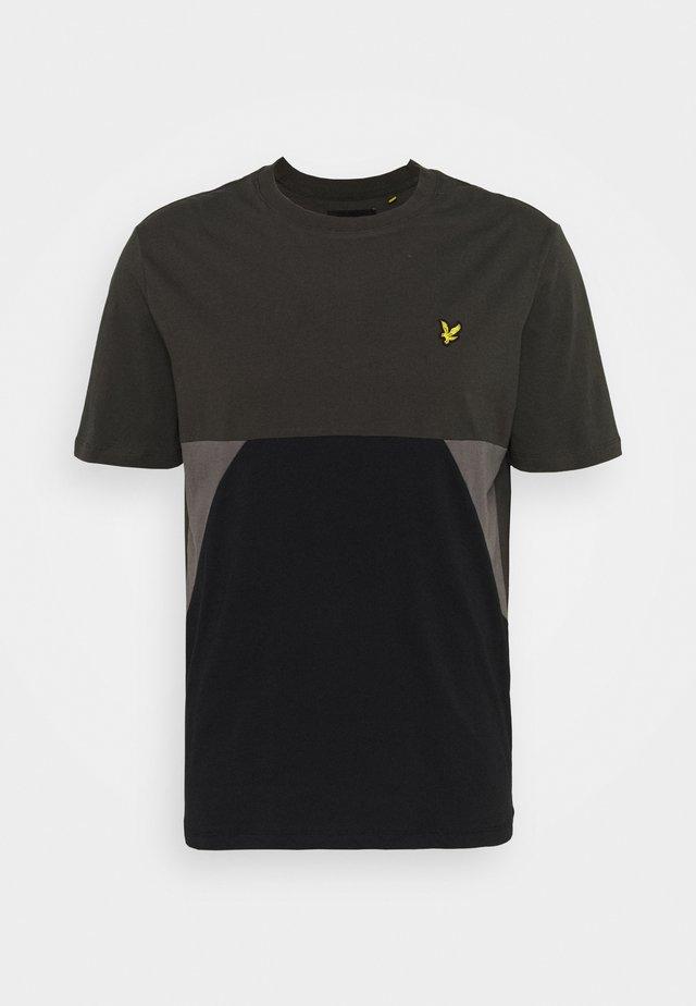 TRIO GEO PANEL - T-shirt con stampa - raven/jet black