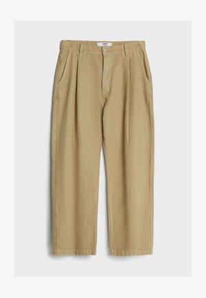MIT WEITEM BEIN UND BUNDFALTEN  - Jeans relaxed fit - beige