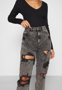 Missguided Petite - RIOT HIGH RISE RIPPED MOM AUTHENTIC - Jeansy Relaxed Fit - grey - 5
