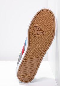 Hummel - SLIMMER STADIL - Sneakers laag - castle rock/ribbon red/bril blue - 4