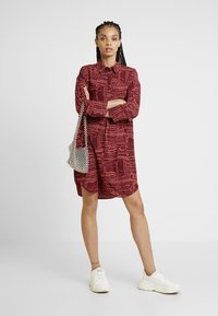 Monki - AMY UNIQUE - Košilové šaty - dark red/orange - 1