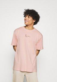 Karl Kani - SMALL SIGNATURE TEE UNISEX  - Print T-shirt - rose - 0
