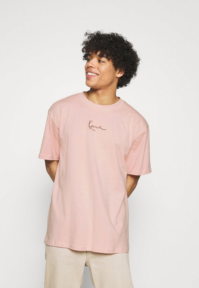 SMALL SIGNATURE TEE UNISEX  - T-shirt con stampa - rose